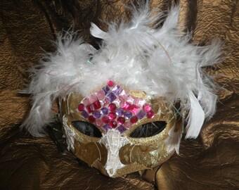 Masque,loup vénitien doré avec plumes et dentelles