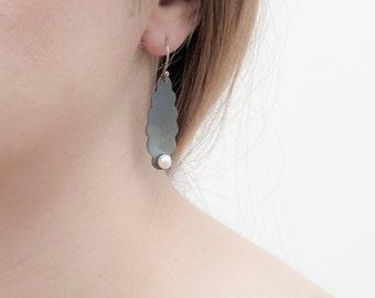 Duquesa Earrings, Pearl Earring, Delicate Modern Earrings, Freshwater Pearl, Sterling Silver, Oxidized, Eardrop, Melio Jewels Design