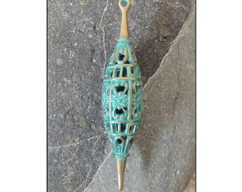 1 pendentif goutte filigrane, laiton patiné vert 65x13mm