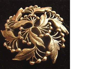 1973 AMWAY Pewter Holly Leaves  & Berries Round Pin Brooch (1425)