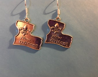 Silver tone New Orleans Louisiana Fleur de Lis Earrings   O64