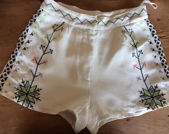 Topshop - shorts with embroidered detail
