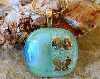 Grüner Schmetterlingsanhänger, kleine dichroitische Anhänger, verschmolzen Glas Anhänger, grünes Glas Halskette, Sommer Jewerly