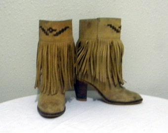 Vintage boots. Women boots, Sz 8 Vintage tan leather women high quality 1980s ankle boots with heel and fringe.