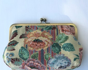 Summer clutch with vintage look in floral fabric.