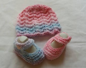 Hand knitted Girls Hat and Shoe set 0/3 months