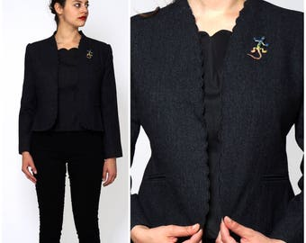 Vintage 1970s Dark Gray Scalloped Fitted Short Jacket with Colorful Lizard Brooch by Glorious Gals | Medium