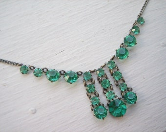 Vintage Art Deco green glass necklace
