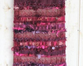 """Art textile mural, tapisserie murale en tissage """"La Pourpre Mystérieuse"""" aux 12 fleurs d'organza violet pourpre"""