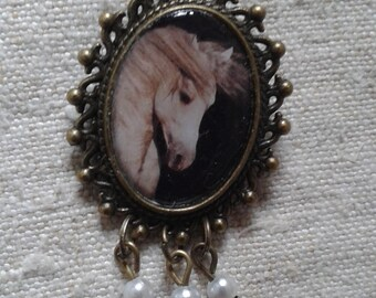 "brooch ""white horse"""