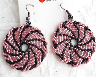 circle earrings, beaded earrings, black and pink earrings, woman's earrings, gift for her, gift idea, round earrings, unique piece, outfit
