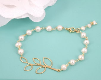 Freshwater pearl and matte gold leaves Bracelet