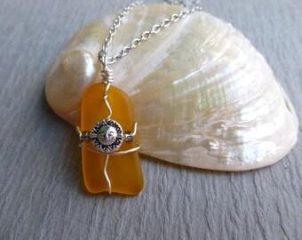 Jaune avec fil de soleil fait à la main seaglass enveloppé de chaîne en acier inoxydable