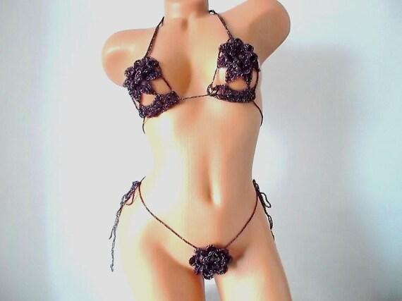 Frauen tragen winzige Bikinis
