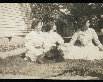 vintage photo Women turn to profile in grass 1910