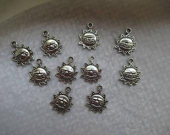 BRELOQUES SOLEILS SOURIANTS lot de 10  unités charm argentés 1.6 cm  bijou pour création bijoux uniques