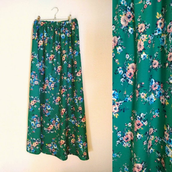 Jupe longue d'été en coton imprimé de fleurs multicolores. Look bohème.