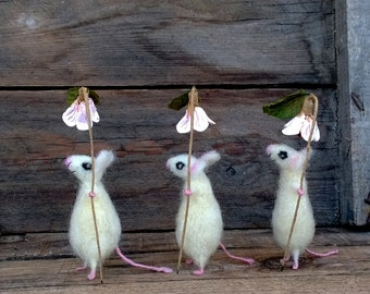 Felted Miniature Mice White mouse with flower Mini animal Needle felt animal Collectible Dollhouse mini Woolen Waldorf doll Cute soft gift