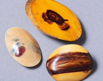 Set of 2 Vintage wood  brooches and 1 ceramic brooch, oval shaped, wood texture