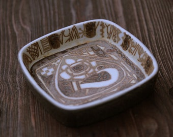 Tray/bowl/dish by Nils Thorsson 719/2882, part of the Baca-series for Aluminia, Denmark