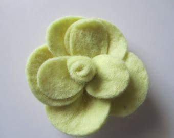 very large pink flower felt in tones of yellow - 9.5 x 9 x 2.5 cm