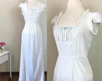 1930s Nightgown / Vintage 1930s Lingerie / Eyelet lace / Capped sleeves / Curvy size