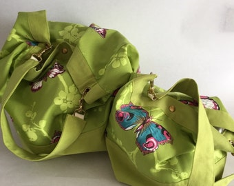Shoulder strap bag, in a french bright green cotton fabric. 2 clasps.