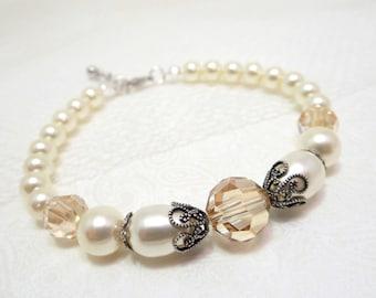 Pearl Wedding bracelet, Bridal bracelet, Wedding jewelry, Swarovski crystal bracelet, Bridesmaid bracelet, Vintage style bracelet, Antique