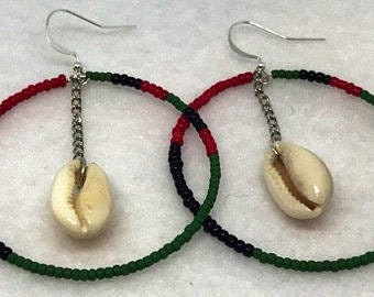 Hoops earring with cowrie shell