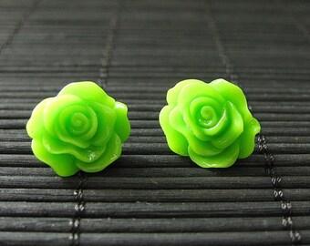 : Blume Lime grün Post Ohrringe mit Harz Rosen. Blumenschmuck. Handgemachten Schmuck.