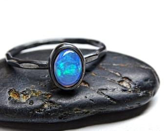 feiner Opalring - zierlicher Opalring Silber - Opal Verlobungsring - gehämmerter Ring Sterling Silber - schwarzer Silberring