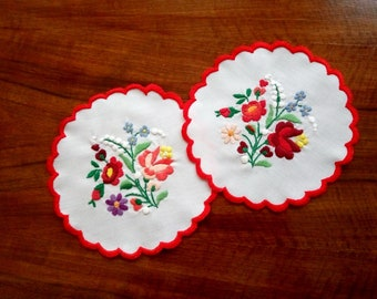 """Two Hungarian embroidered 7"""" vintage Kalocsa doilies, table linen coaster. Traditional floral motif."""
