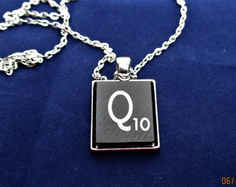 SCRABBLE INITIAL Q NECKLACE with chain