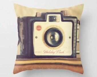 """Throw Pillow, sourire - Vintage """"brownie"""" caméra sur la pile de livres anciens, photographie par RDelean"""