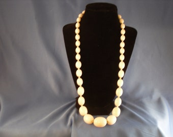 Reduced Vintage white and silver beaded necklace. (N15)