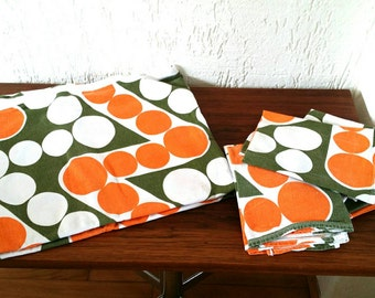 Funky seventies tablecloth with 8 napkins
