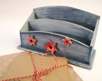 Put letters in wood, red and Blue Star, worn wooden letters.