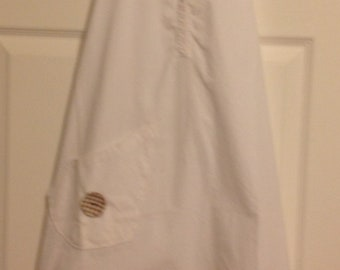 Shirt Apron white with a pocket and a button.