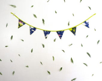 Banderole de 6 fanions de tissus bleu nuit, rose et vert, motifs imprimés et fait à la main en sérigraphie