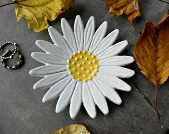 Daisy Ceramic Ring Dish, Charming Gardens, Gardening Gift, White Flower Pottery Botanical Gift Jewelry Plate  Home Decor Flower Trinket Dish