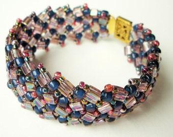 Bracelet manchette chevrons tissés à la main avec des perles de verre bleu et rose