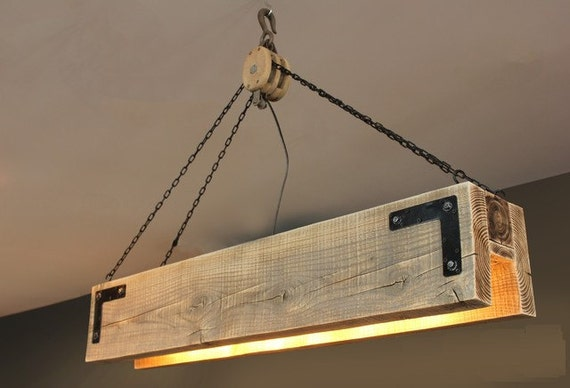 Vigas de madera y la lámpara de la polea