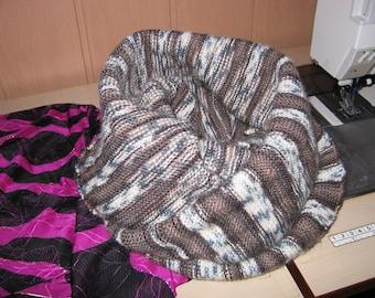 Loop, Schlauchschal in Runden von Hand gestrickt, der breit genug ist, um ihn als Kapuze auf den Kopf zu ziehen, braun colorierte Wolle