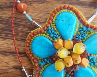 Pendentif brodé. Gaudi VI. Bijoux floral. Perles de verre. Howlite teinté, bois.