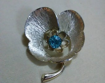 Vintage. Blue stone flower brooch