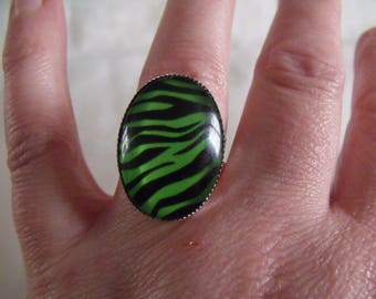 LIQUIDATION green and black oval glass cabochon ring