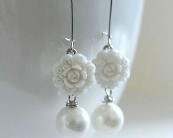 White Earrings, White Flowers, Bridesmaid Jewelry, White Wedding, Spring Earrings, Flower Jewelry,Girlfriend Gift,New Mom Gift,Cream Earring