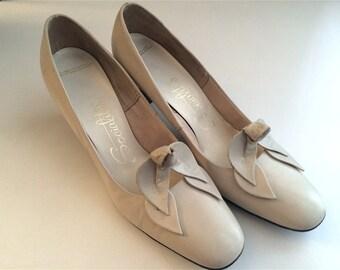 Vintage Shoes Women's 60's Socialites, Heels, Leather, Off White, Pumps (Size 7N)