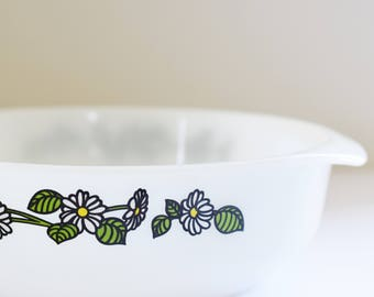 Vintage Pyrex Agee/Crown Round Casserole dish without lid - Rare to find daisy Chain Pattern - 70's Era