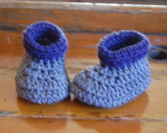 Crochet grey baby booties with blue cuff